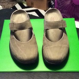 Merrell size 7 slip on  Has adjustable strap